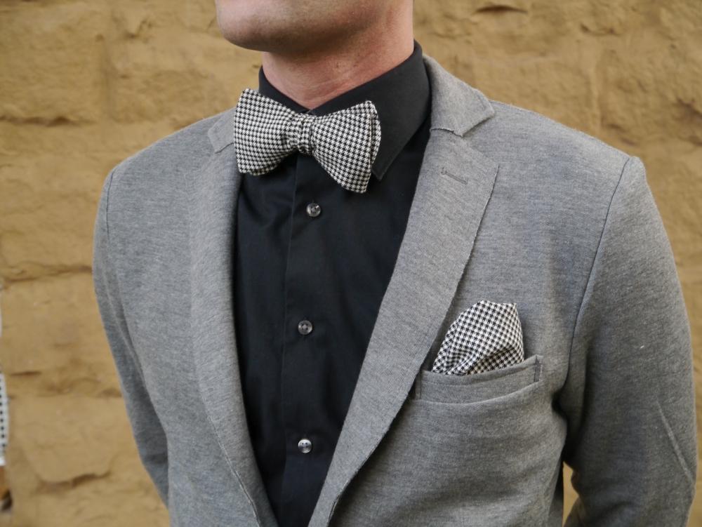 Herren Anzug Fliege in schwarz weiß kariert - winterfliege - schleife auf schwarzes hemd grauer anzug