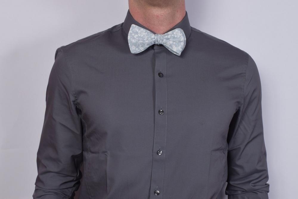 grau blau blumen gemustert fliege zum selberbinden auf graues hemd