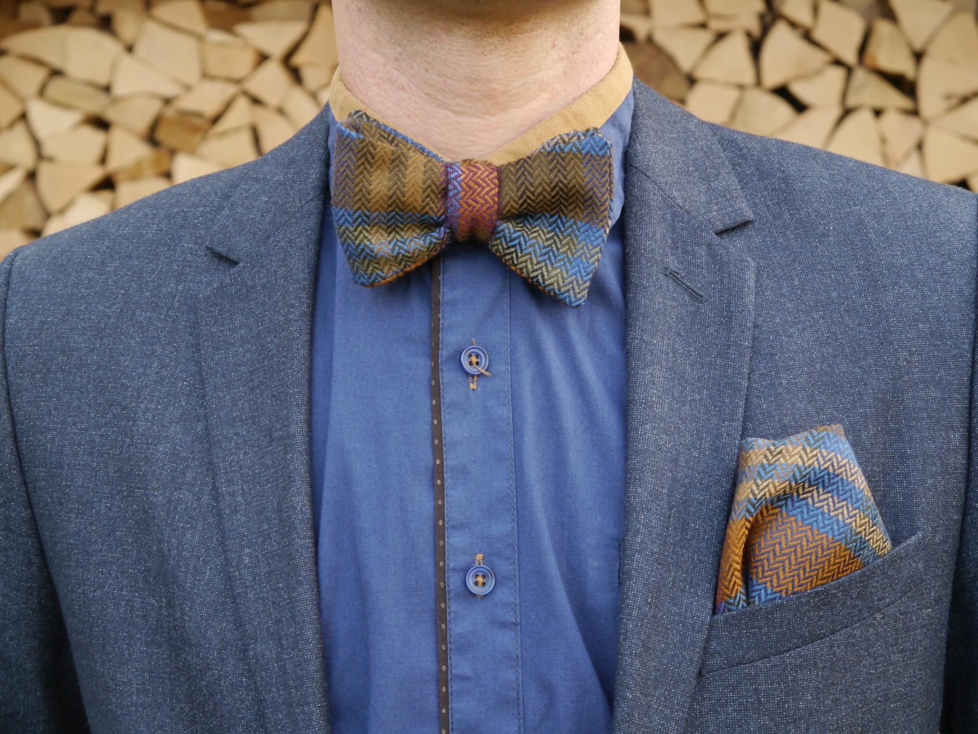 bunte fliege auf blaues hemd und blauer anzug
