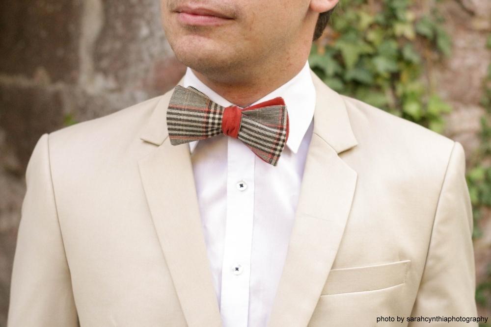 Querbinder - Fliege orange braun weiß auf beigem Anzug weißes hemd