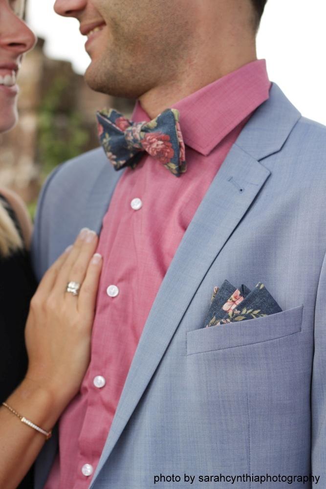 Blaue Herren Anzug Fliege mit Blumen auf hellblauem anzug und rose farbenem hemd