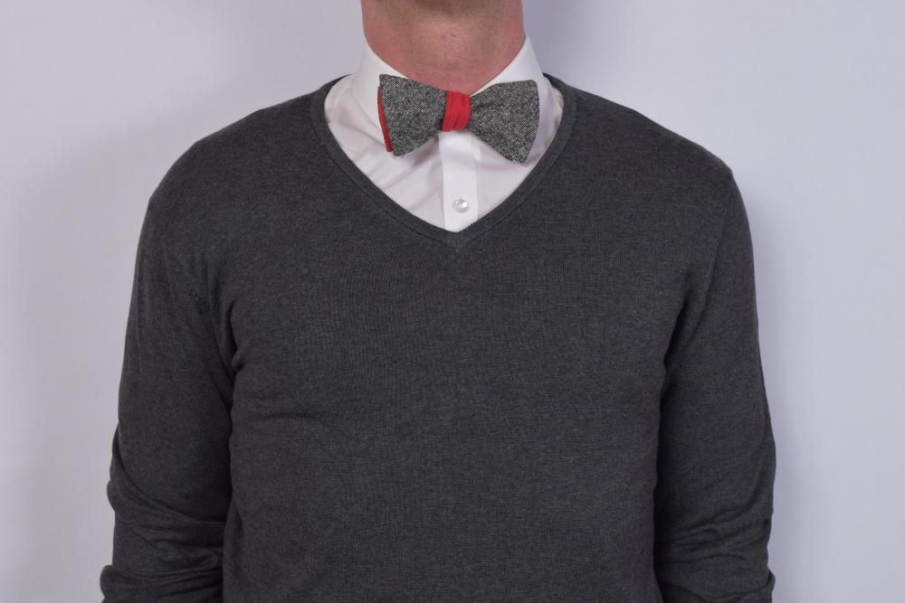 Querbinder - Fliege rot graue Kombination auf dunklem Pullover und weißem Hemd