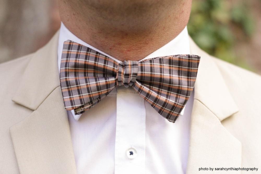 braune seiden fliege zum selbstbinden auf weißes hemd beiger brauner anzug