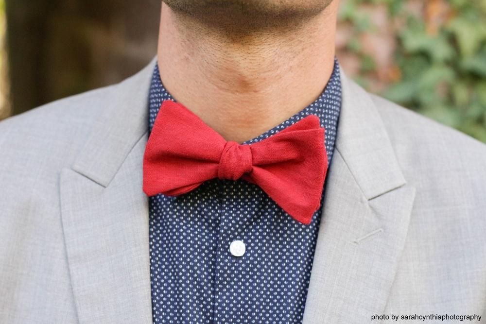 Herren Anzug Fliege rot aus Leinen auf blau gemustertes hemd und grauer anzug