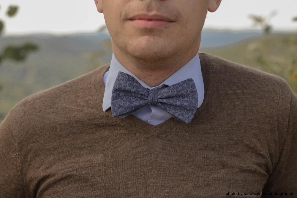 Herren Anzug Fliege in blau mit paisleymuster auf blaues hemd und brauner pullover