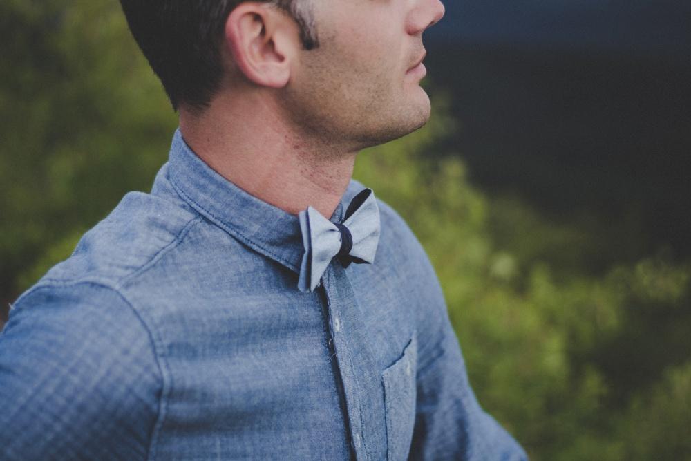 blaue fliege zum selbstbinden auf jeanshemd