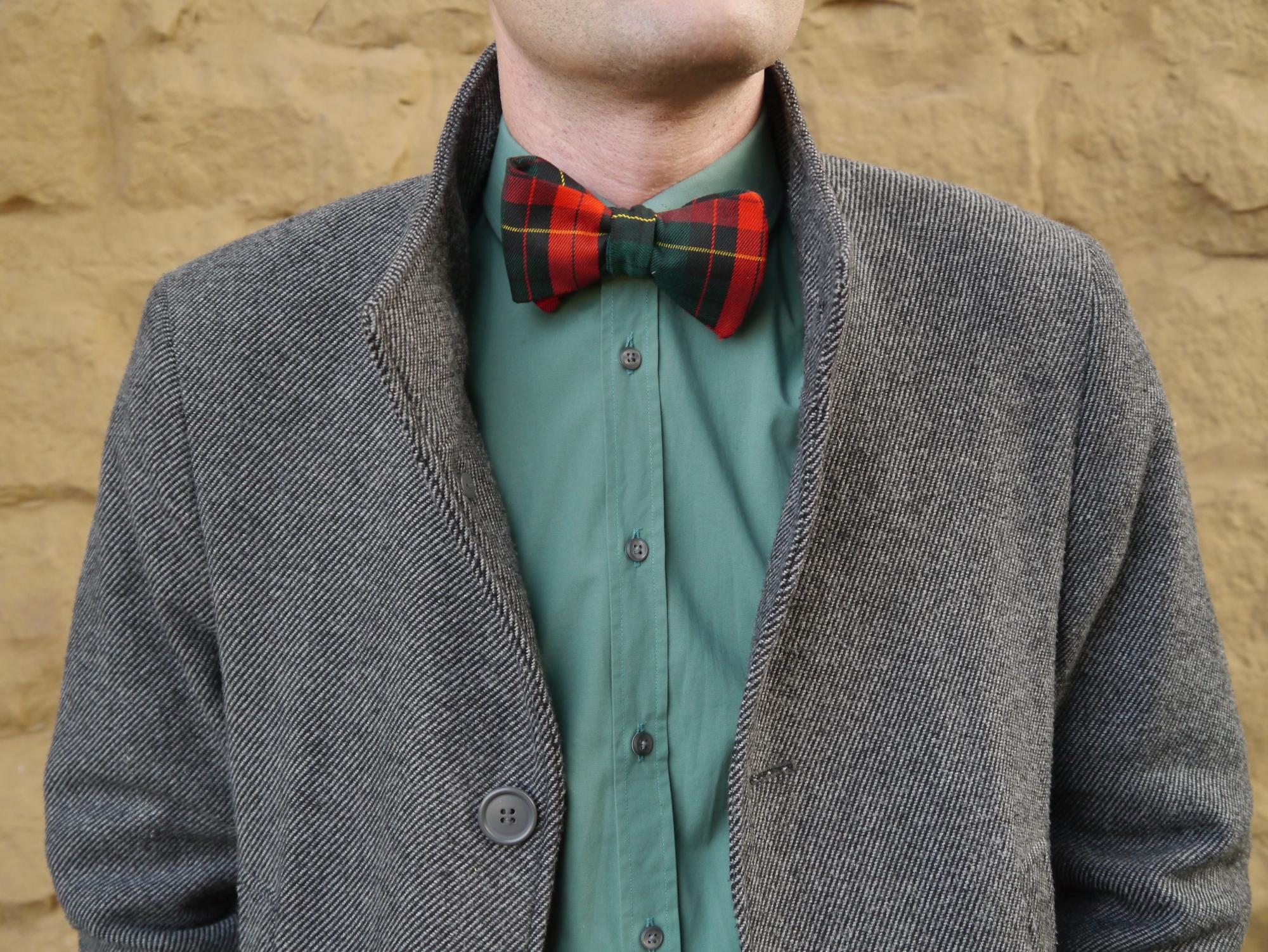 weihnachtsfliege winterfliege grün rote fliege zum selberbinden auf grünes hemd und mantel