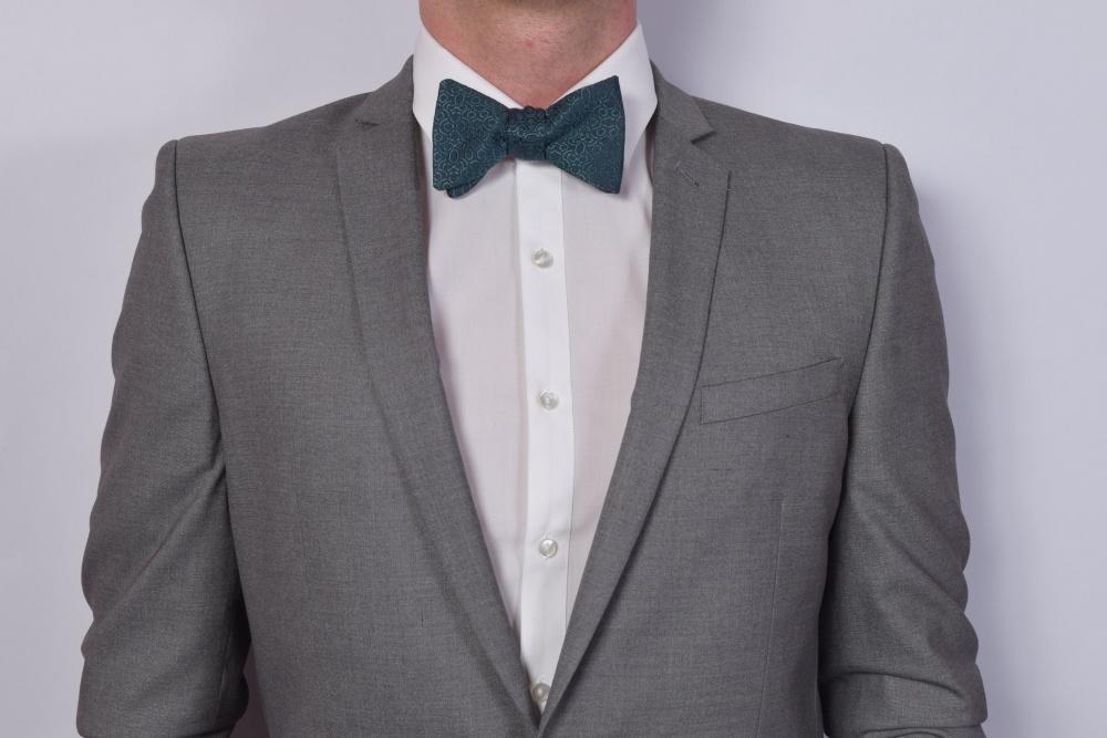 Herren Fliege petrol zum selbstbinden auf grauem Anzug