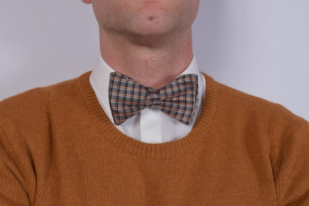 Querbinder - braune - orange karierte Fliege auf braunen Pullover