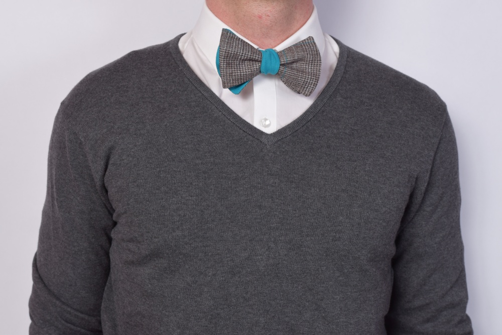 Querbinder - Fliege blau braune Kombination auf dunklem Pullover