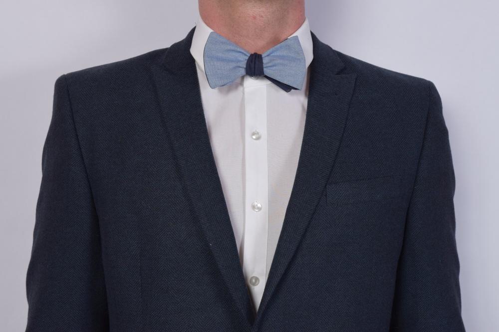 blaue wendefliege zum selbstbinden auf grauer anzug