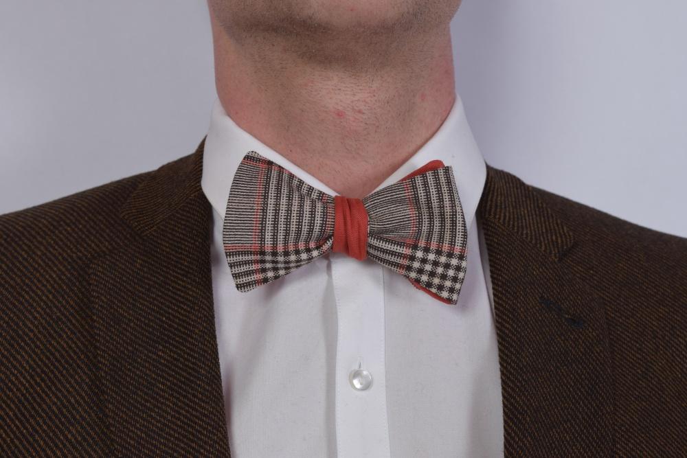 Querbinder - Fliege orange braun weiß auf dunklem Anzug