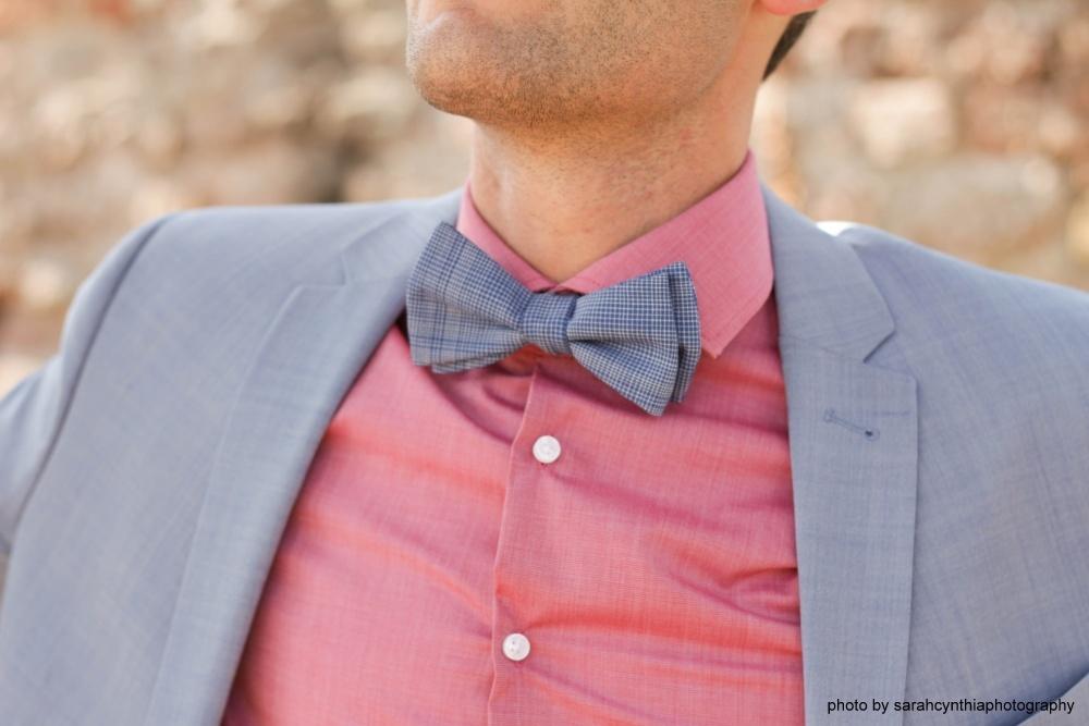 blaue fliege zum selberbinden auf rosa hemd und hellblauer anzug