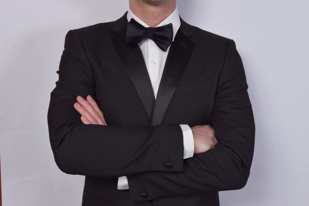 Schwarzer Querbinder - Fliege aus Seide auf weißem Hemd und schwarzem Anzug
