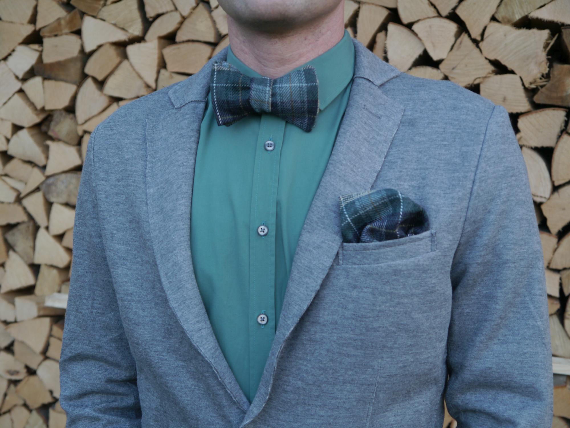 grüne fliege auf grünes hemd und jersey blazer und einstecktuch