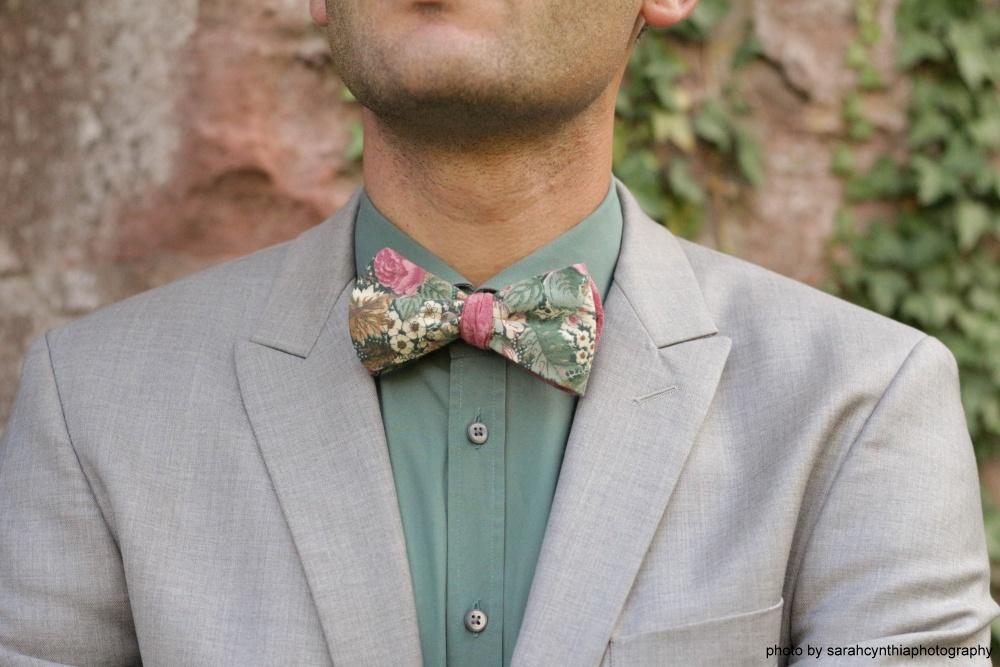 Hochzeitsfliege mit Blumenmuster grün rosa