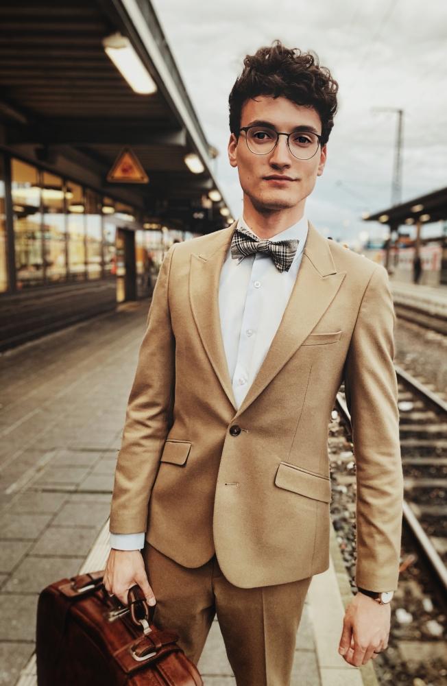 fliege beige braun auf braunen anzug weißes hemd