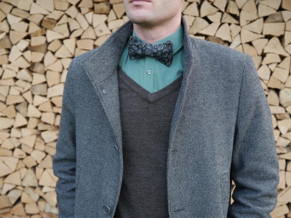 Herren Anzug Fliege dunkelblau paisleymuster auf brauner pulli und mantel- schleife