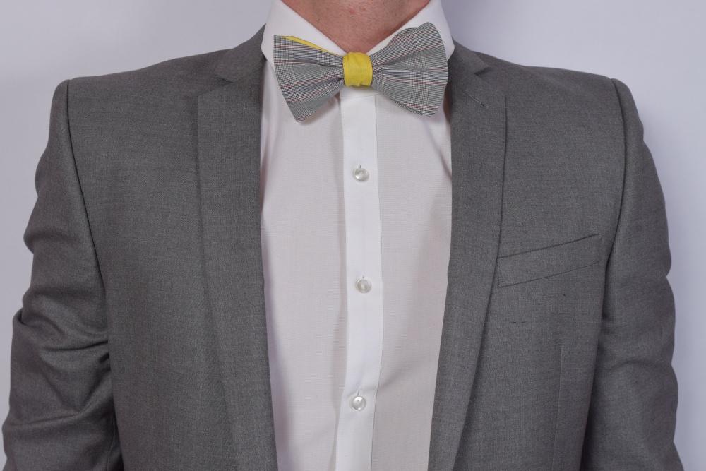 graue gelbe fliege zum selbstbinden auf grauner anzug