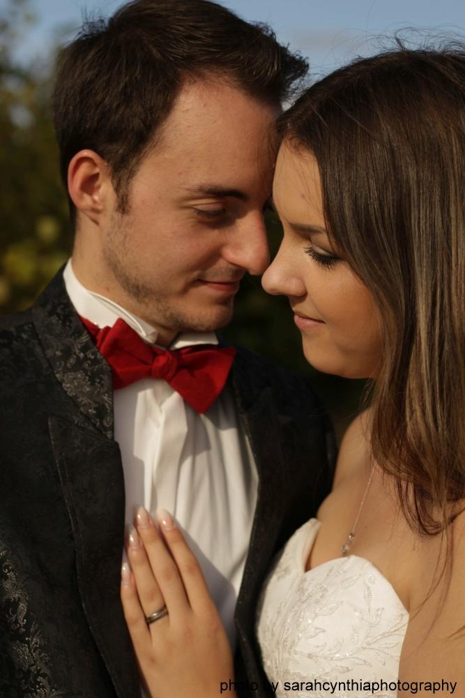 rote Hochzeitsfliege Leinen auf Hochzeitsanzug