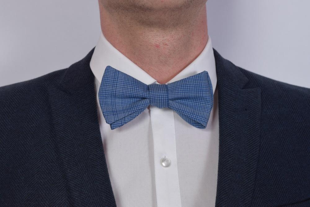 Querbinder - Fliege blau weiß kariert auf dunklem Anzug und weißem Hemd