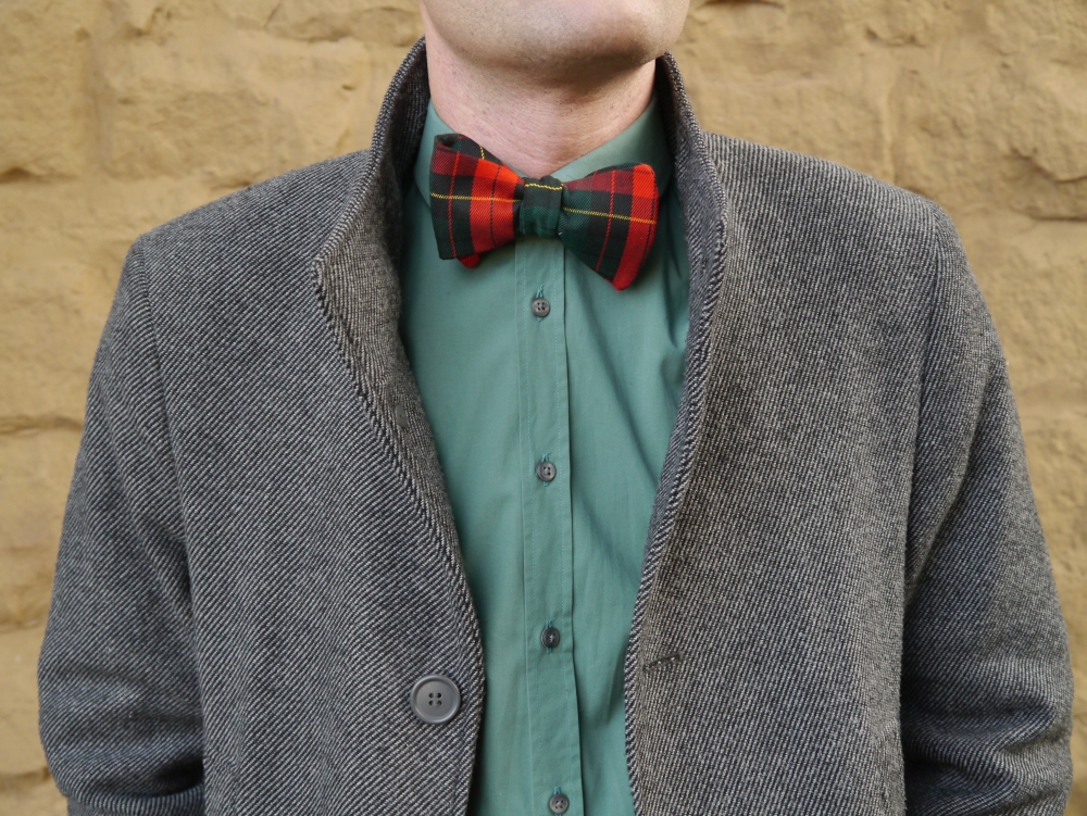 winterfliege weihnachtsfliege rot grüne fliege schleife zum selbstbinden auf grünes hemd und mantel
