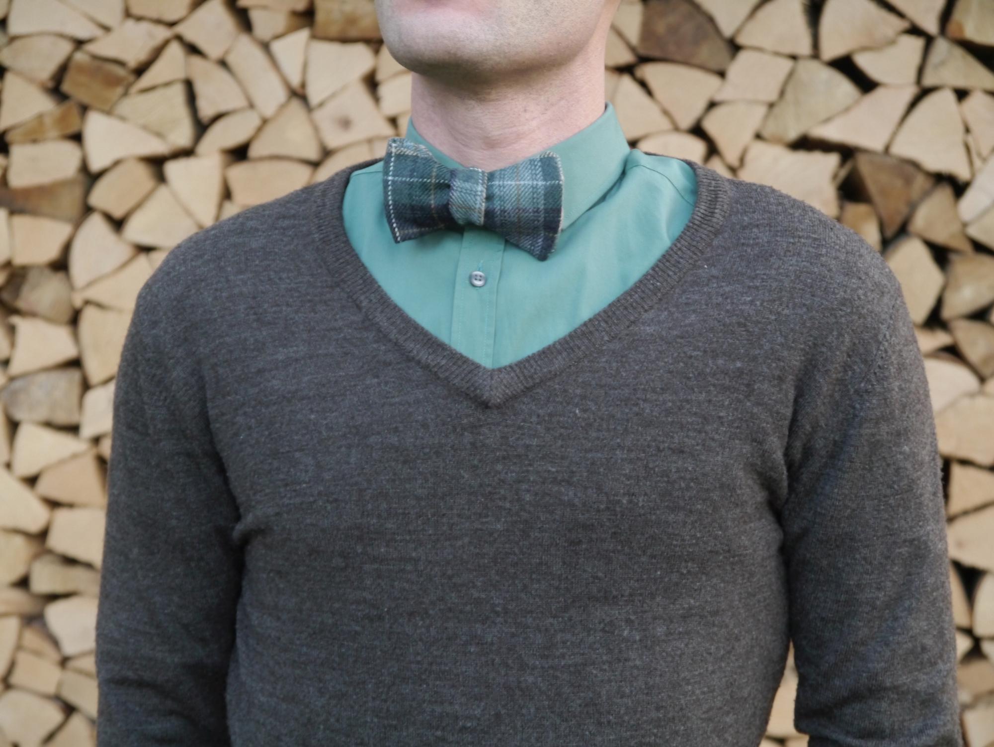 winterfliege weihnachtsfliege grüne fliege auf grünes hemd und brauner pullover