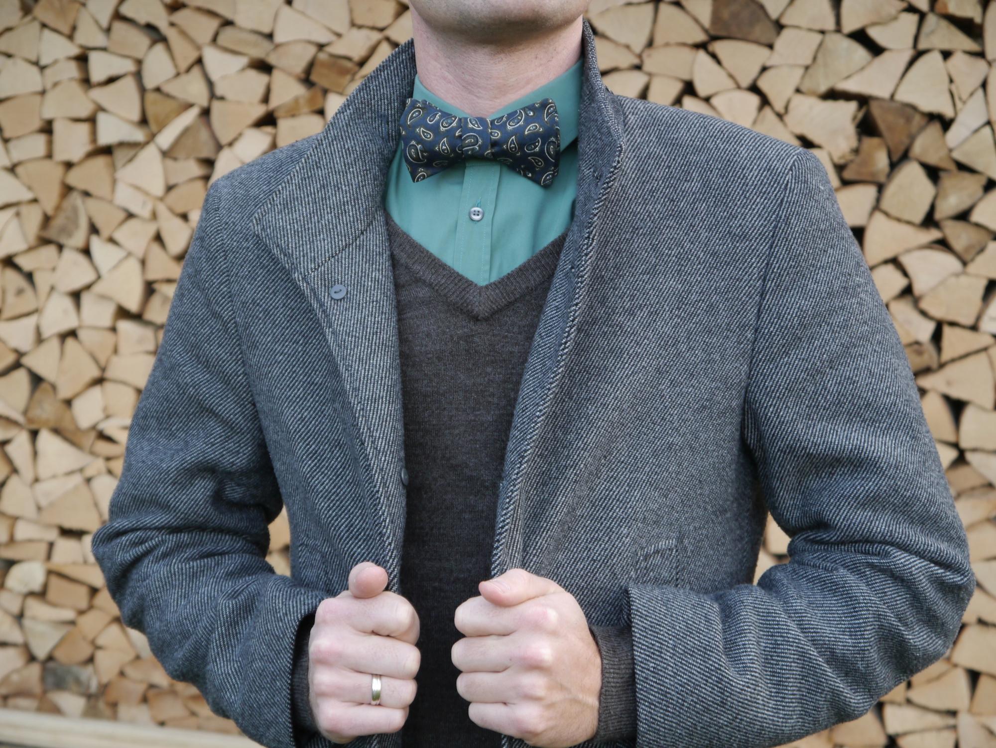 grüne fliege auf brauner pullover und mantel