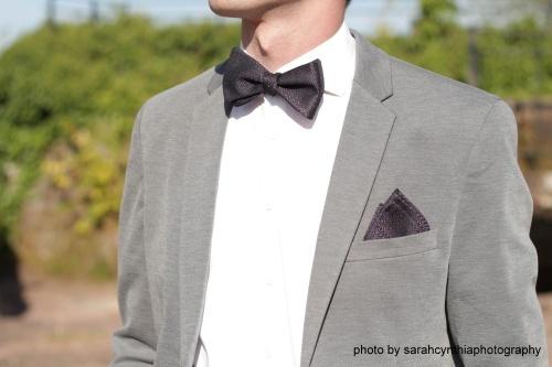 Herren Anzug Fliege zum selbstbinden in schwarz lila auf weißes hemd grauer anzug elegant- Schleife