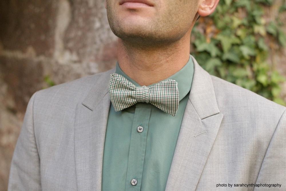 grüne braune fliege zum selberbinden auf grauem anzug und grünes hemd
