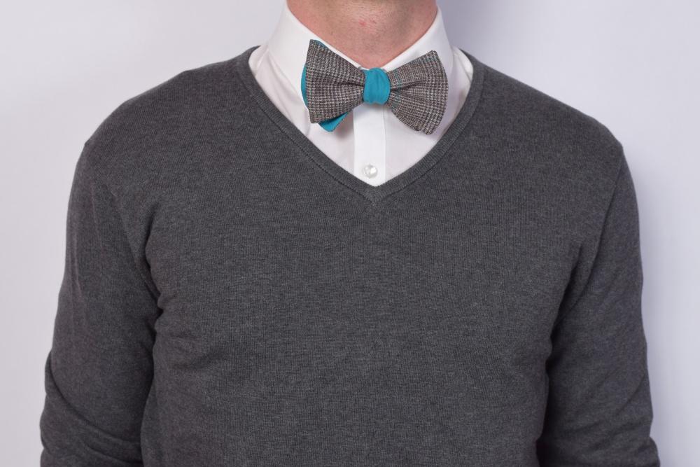 braun blaue fliege zum selbstbinden auf pullover