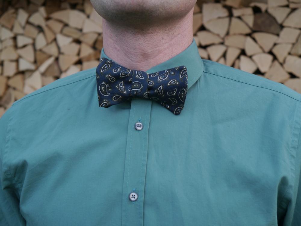 Herren Anzug Fliege dunkelblau paisleymuster auf grünes hemd- schleife