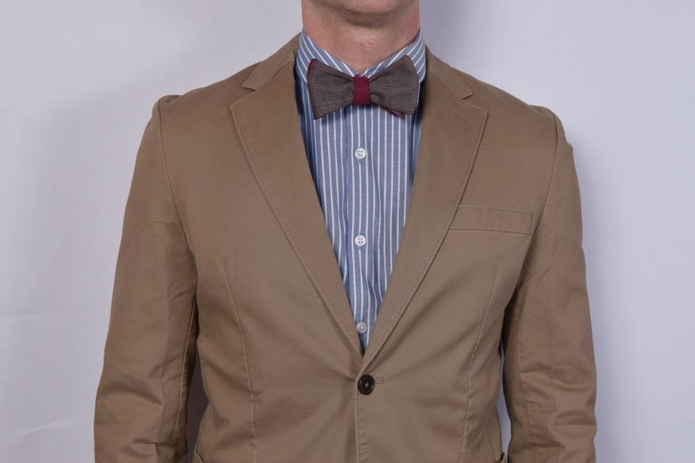 rot braune fliege zum selberbinden auf braunen anzug