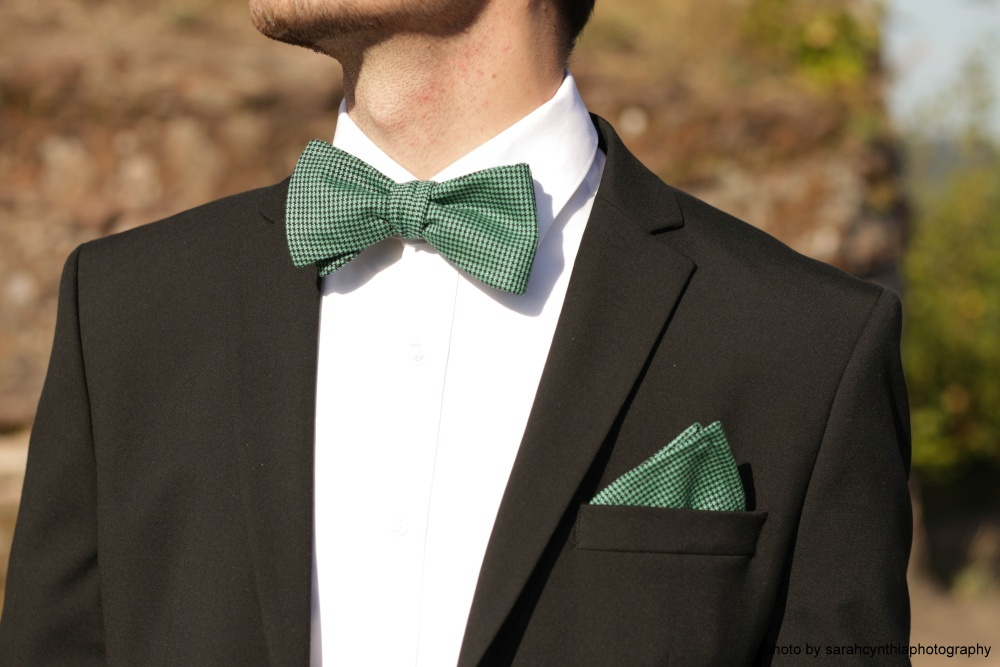 grüne fliege mit einstecktuch auf schwarzer anzug