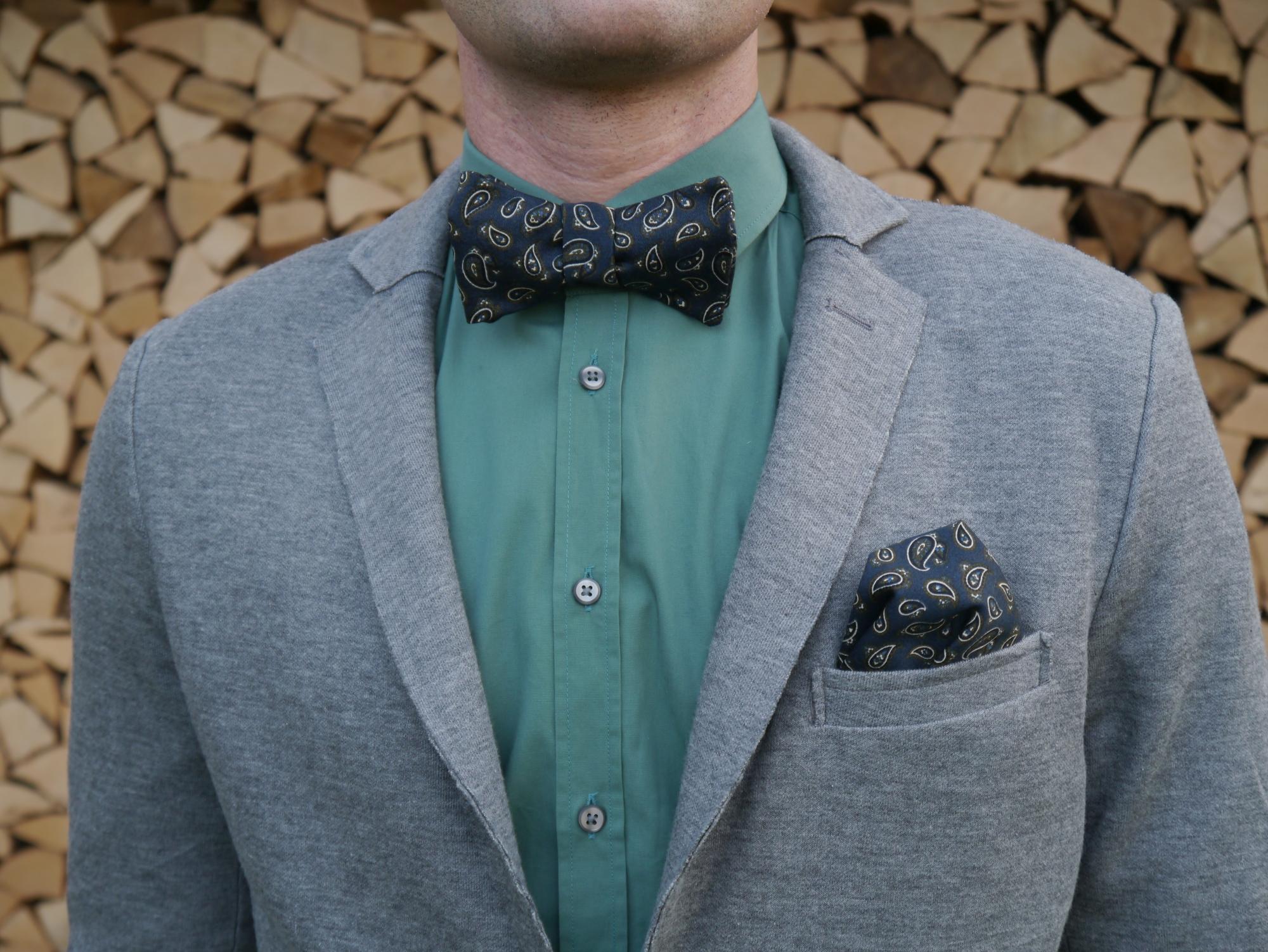 blaue fliege paisley mit einstecktuch auf jersey blazer und grünes hemd