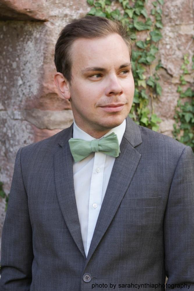 Herren Anzug Fliege grün aus Leinen auf weißes hemd und grauer anzug