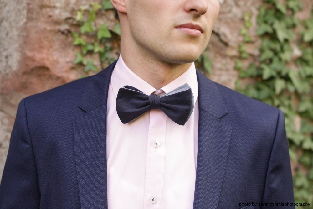 blaue wendefliege zum selbstbinden auf blauer anzug