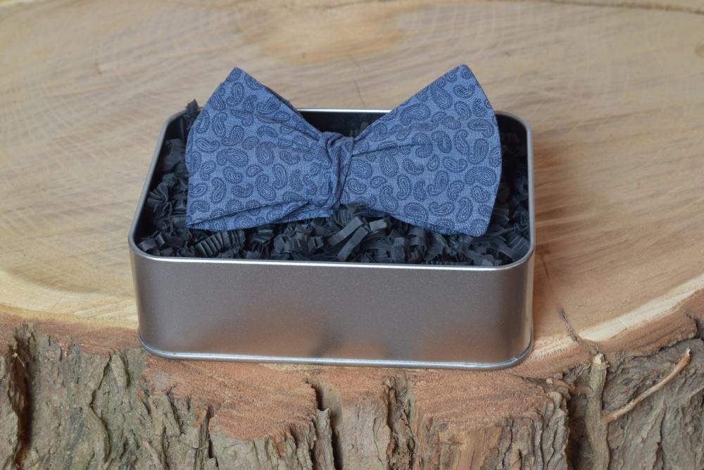 Querbinder - Fliege dunkelblau Paisley in unserer Geschenkbox
