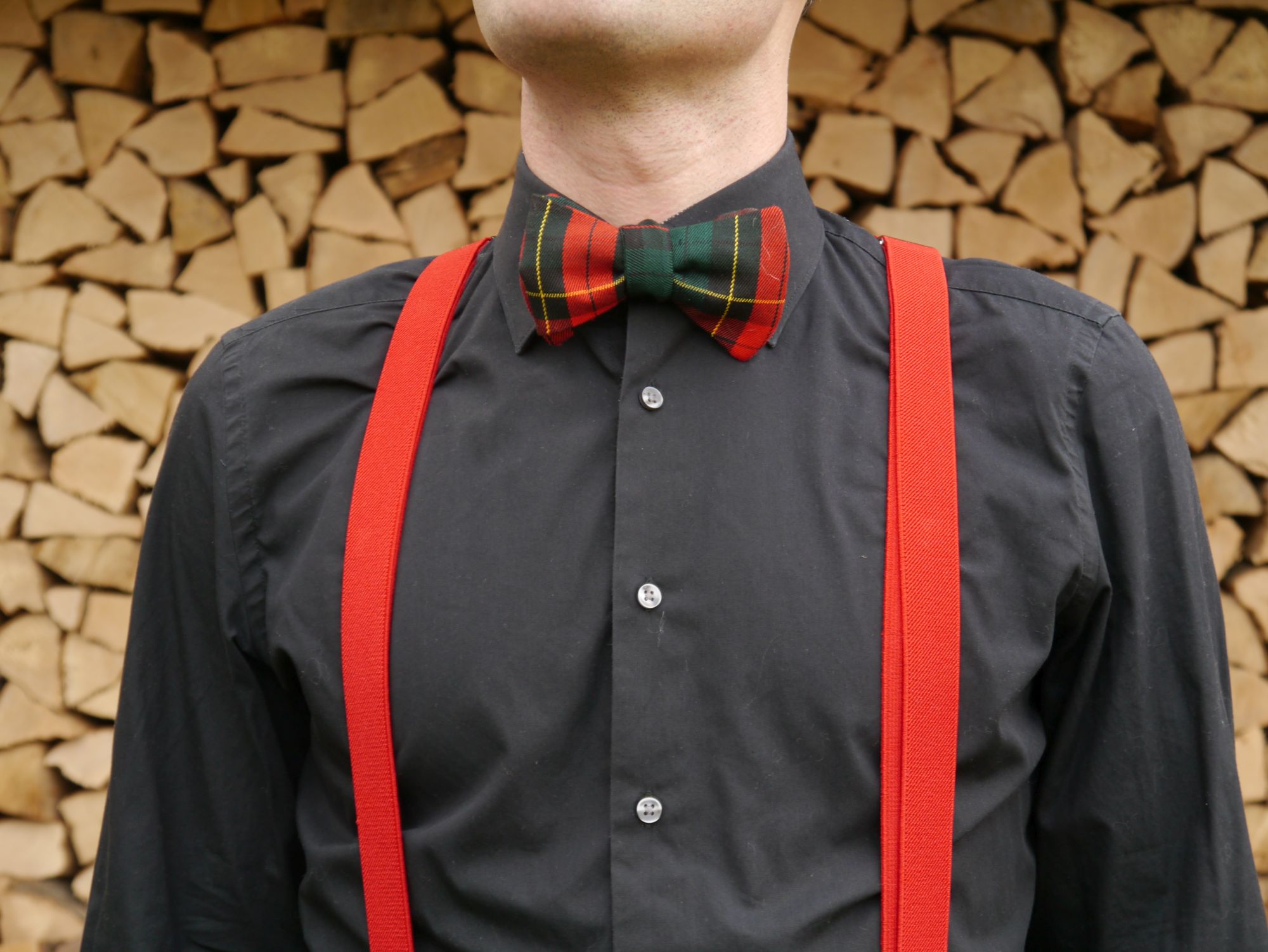 weihnachtsfliege grün rote fliege mit roten hosenträger auf schwarzes hemd