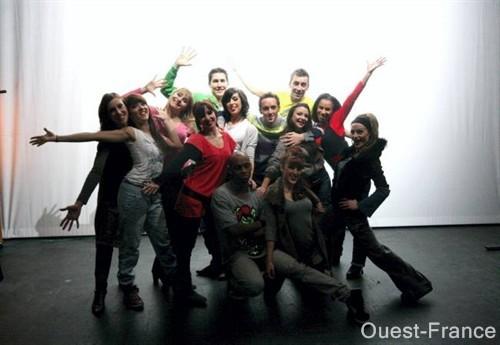 La troupe de la Revue La troupe de la Revue de la Flambée, fin prête à attaquer les représentations ! Ouest France