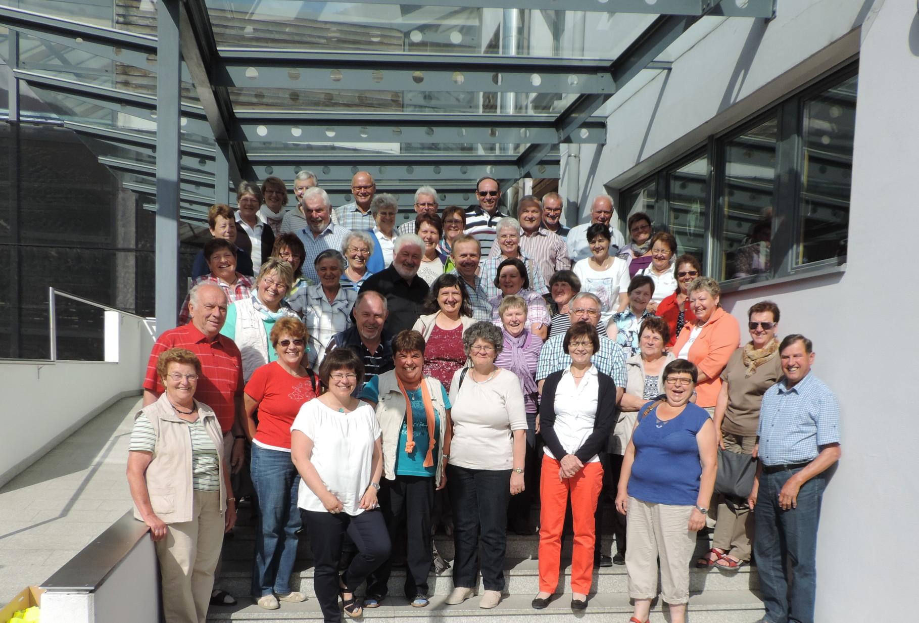 Gruppenbild vor der Obstgenossenschaft Melix in Brixen