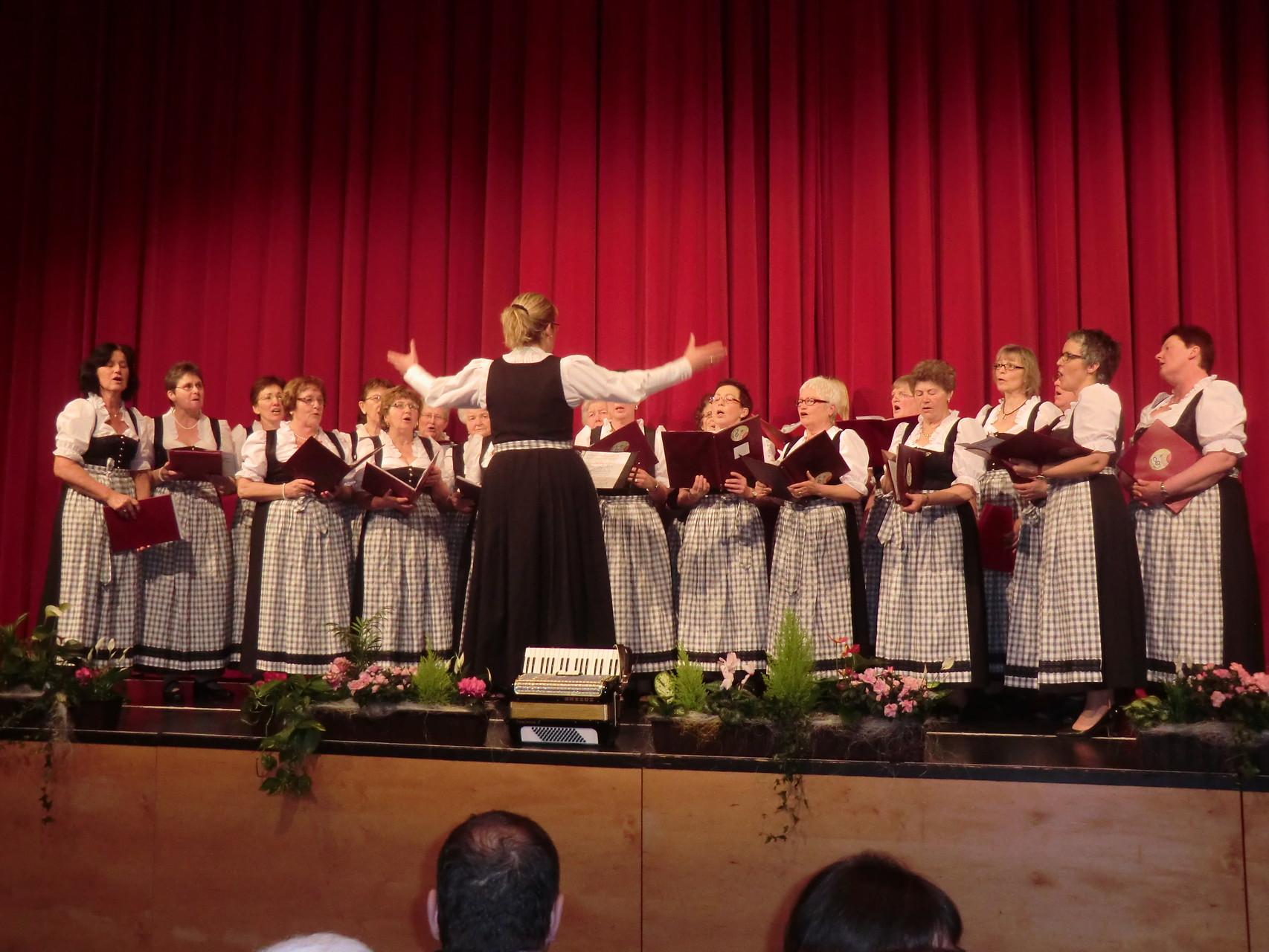Unser BBV-Ortsbäuerinnenchor unter der Leitung von Heike Schlez
