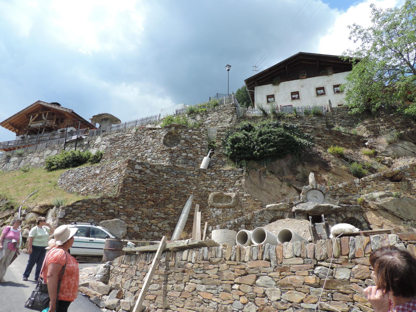 hier sind die Steine aus der Höhle schon verbaut