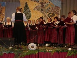 Der Ortsbäuerinnenchor unter der Leitung von Heike Schlez eröffnet den Abend