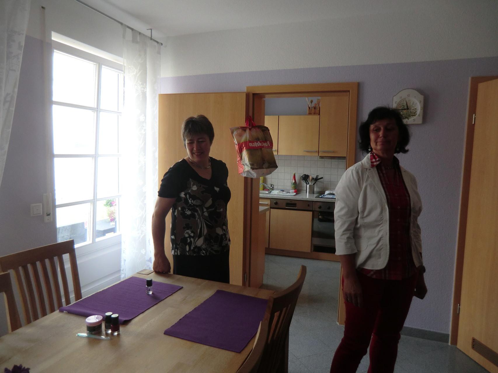 ein Esszimmer, für meherer Schlafzimmer, hier können sich betroffene Mütter untereinander austauschen
