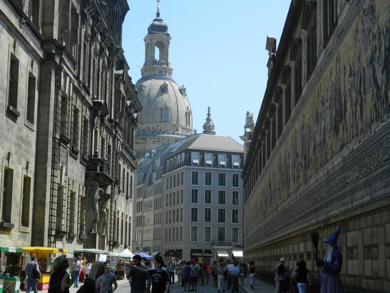 Blick über den Fürstenzugauf die Frauenkirche in Dresden
