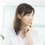 施設で働く専門職種の人と話し合い介護プランを練る