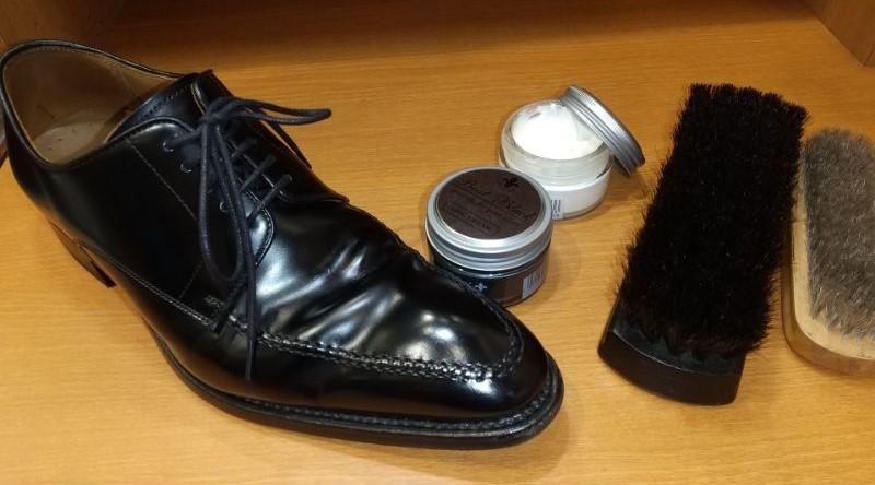 大切な靴をクリームで綺麗に磨き上げます