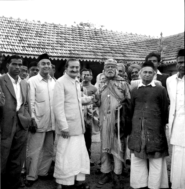 6th November 1954 : Meher Baba at Gadge Maharaj's dharamshala in Pandharpur, wth ( front L-R ) Pendu Irani (black cap). Bhau? behind Baba, Saint Gadge Maharaj, Adi K. & Gustadji Hansotia ( long dark coat ). Photo taken by B. Panday. MSI Collection
