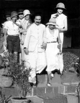 1930s Nth India ; Baba walking next to Mabel, Viv Geeson behind her, behind Baba - Delia de Leon, Margaret Craske,...